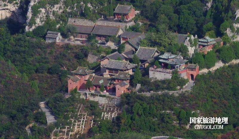 瞰看远处的青花莲古寺。