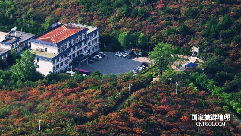 回首瞰看秋色中的珏山宾馆。