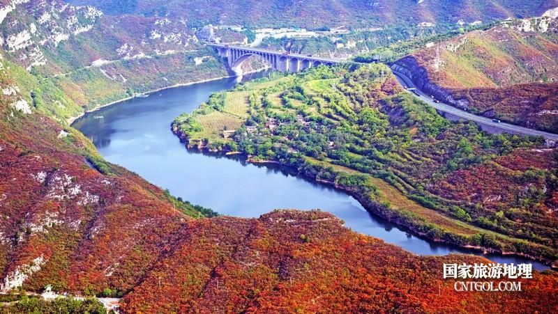 山下丹江环绕珏山,秋红伴随,好美景。