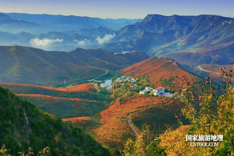 远看太行山麓,一派秋色美景。