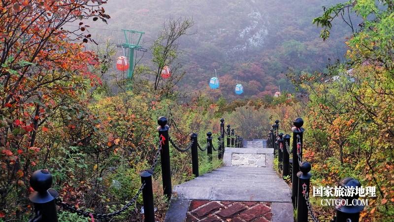 走下山选与索道平行的另一条路。