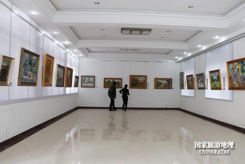 油画展厅一角。