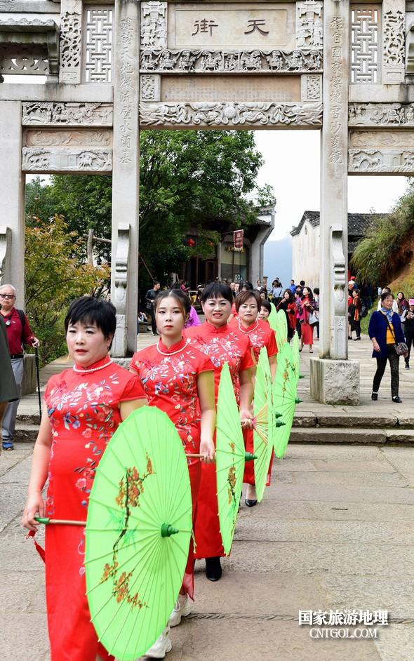 120名旗袍佳丽行走在篁岭天街。