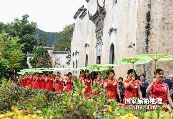 120名旗袍佳丽在篁岭古村走秀。