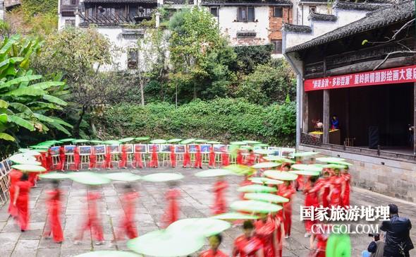 旗袍佳丽在篁岭古戏台前走秀。