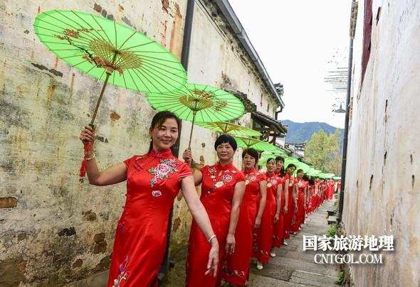旗袍佳丽在篁岭古巷走秀。