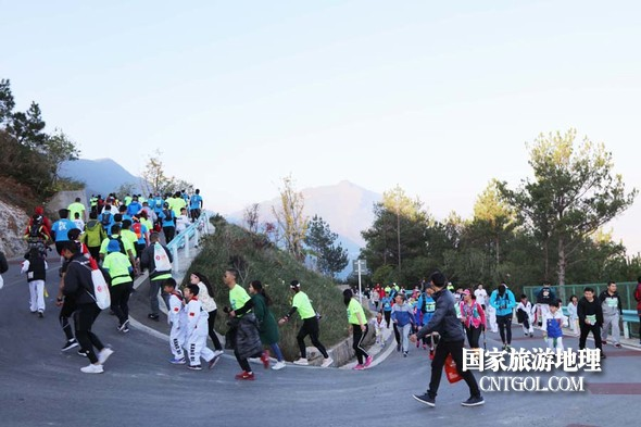图4:巫山国际越野赛学生踊跃参加赛