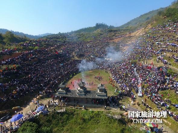 11月3日,贵州省从江县下江镇巨洞斗牛塘40头牛王争霸,图为斗牛活动现场全景