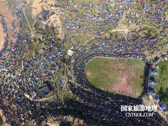 11月3日,贵州省从江县下江镇巨洞斗牛塘40头牛王争霸,图为俯瞰牛塘人山人海。