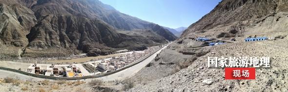 德钦县羊拉乡叶日村,洪峰来临前一天,在公路以下地势低洼的群众,当地政府设立了三个安置点。