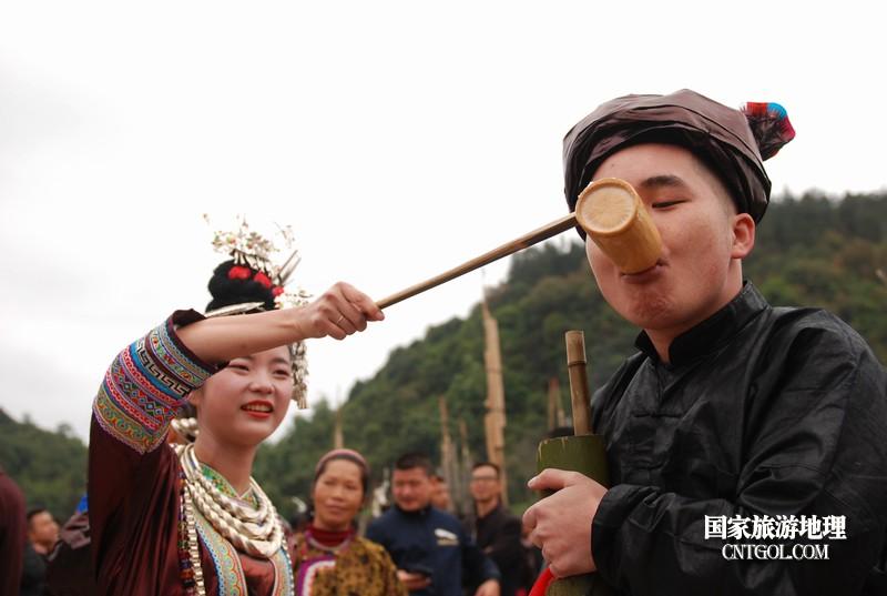 2018年12月5日,在2018注册开户送体验金平台省黔东南从江县贯洞镇五年一度的侗族鼓藏节上,侗族姑娘给宾客敬酒。--梁光源摄