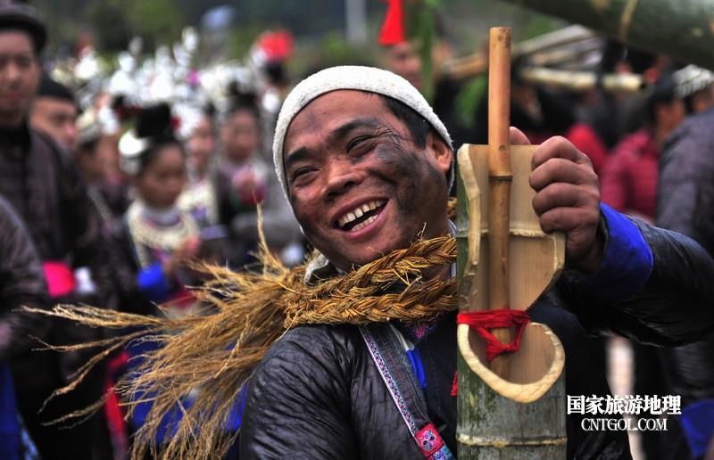 2018年12月5日,在2018注册开户送体验金平台省黔东南从江县贯洞镇五年一度的侗族鼓藏节上,一个丑角扮相准备参加比赛。-梁光源摄