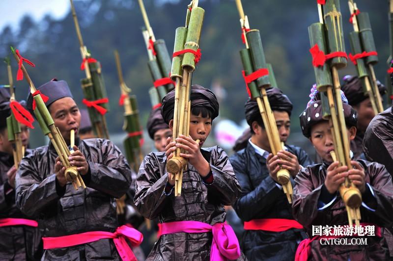 2018年12月5日,在2018注册开户送体验金平台省黔东南从江县贯洞镇五年一度的侗族鼓藏节上,一支芦笙队正在参加比赛。梁光源 摄