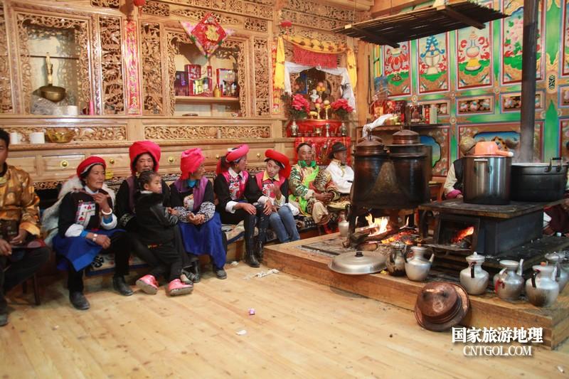 男方这边的亲戚,围坐在火炉旁,静听男方长辈训导。