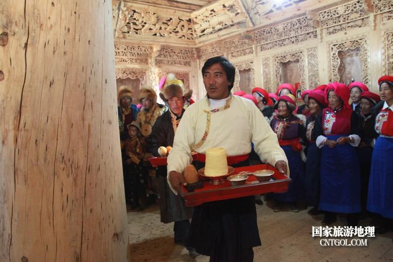 接亲现场,娘家人围绕中柱在祈福
