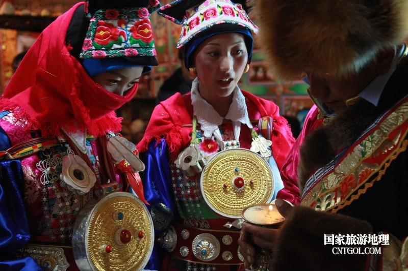 伴娘团。藏族女孩到16岁就可以出嫁