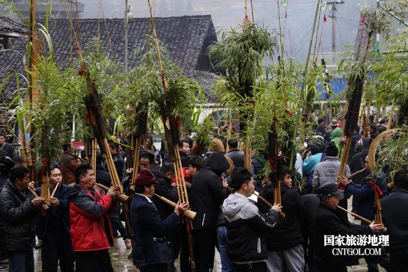 图为苗族壮族同胞在吹奏芦笙现场