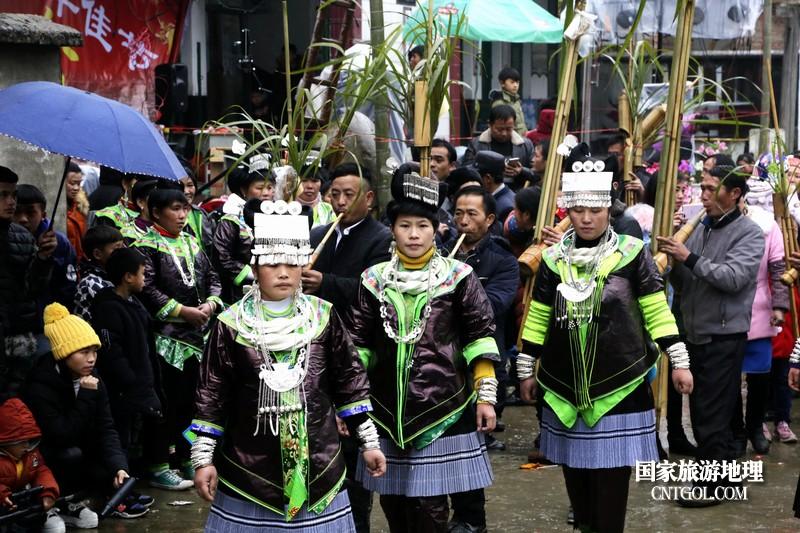 图为苗族壮族同胞在芦笙场上载歌载舞欢度壮年
