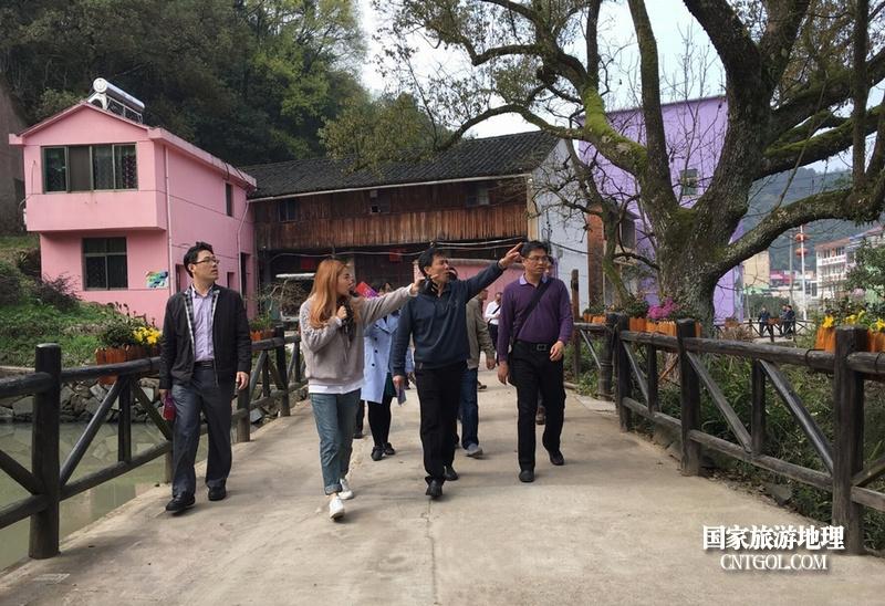 """""""中国彩色第一村""""-罗源村/走进罗源村的游客们"""