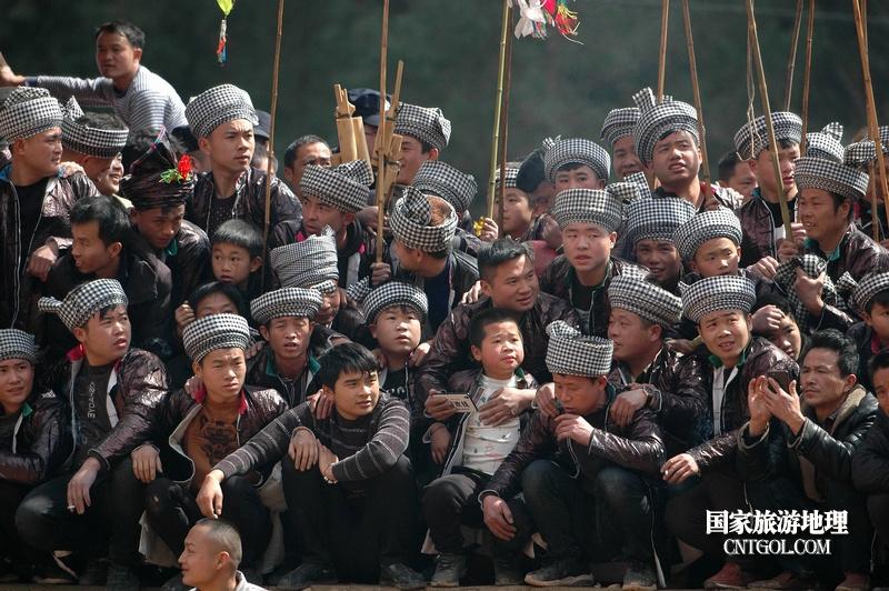 人们在贵州省从江县高增乡岜扒村斗牛塘观看传统闹春耕斗牛活动(龙梦前摄)