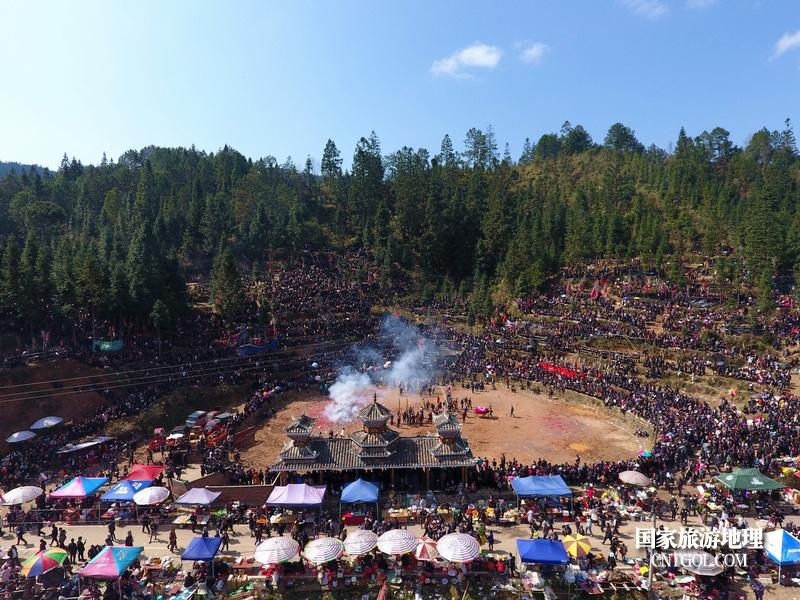 人们在贵州省从江县高增乡岜扒村斗牛塘观看斗牛活动,活动现场人山人海(龙梦前摄)