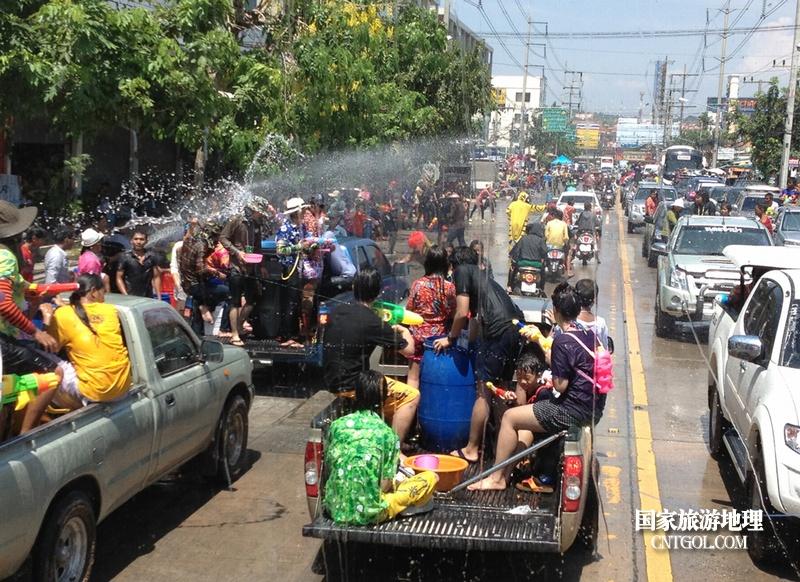 泰国人的新年狂欢-宋干节/车与车的激战