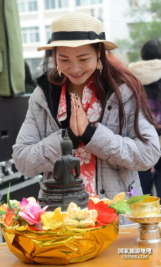 泰国人的新年狂欢-宋干节/拜佛的女孩