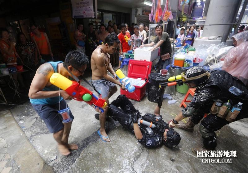 泰国人的新年狂欢-宋干节/疯狂的泰国泼水节