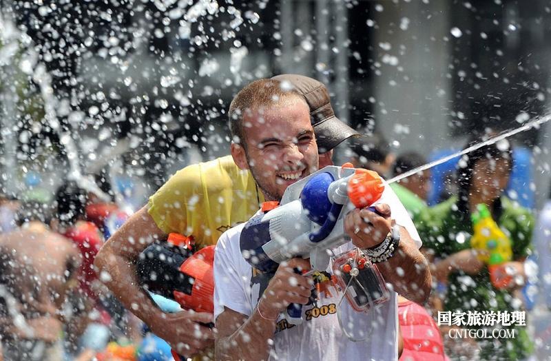 泰国人的新年狂欢-宋干节/老外也参与其中疯狂射击
