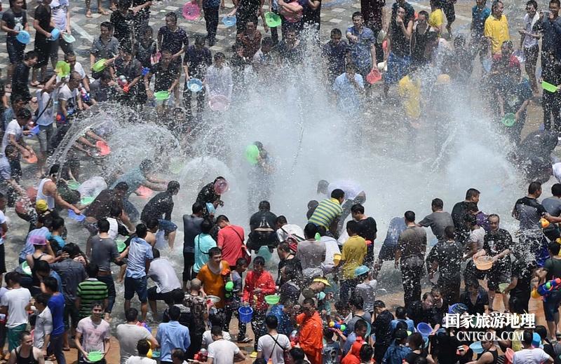 泰国人的新年狂欢-宋干节/热闹的泰国泼水节