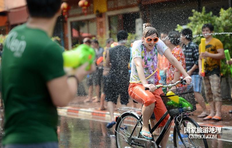 泰国人的新年狂欢-宋干节/遭袭击的路上行人