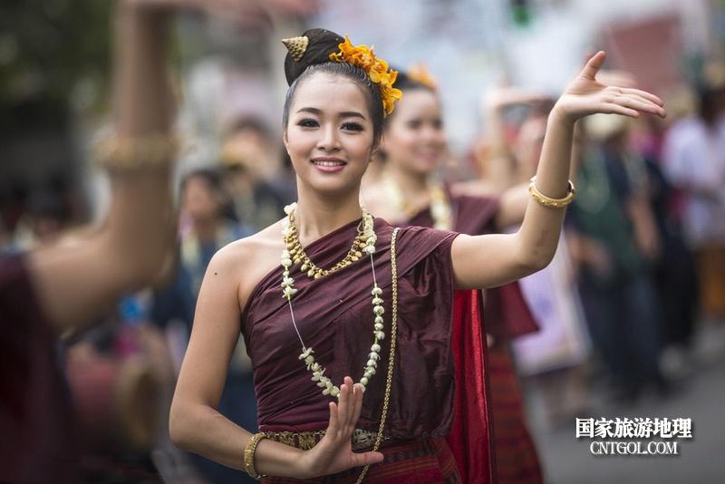 泰国人的新年狂欢-宋干节/在泼水节的舞者