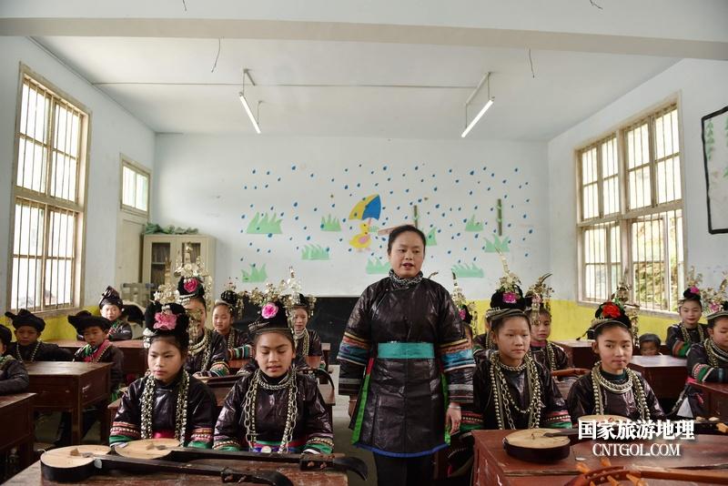 贵州省黔东南苗族侗族自治州从江县往洞镇增盈小学杨秀美老师对学生进行侗族大歌教学领唱。摄影 龙梦前