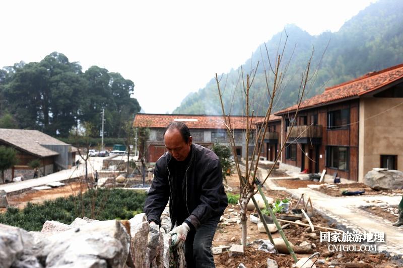 """遂昌茶园村乡村活化项目""""旗山侠隐""""探究/村民在家门口干活。"""