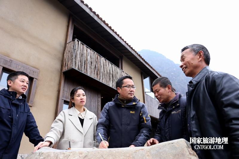 """遂昌茶园村乡村活化项目""""旗山侠隐""""探究/员工在讨论项目建设中遇到的问题。"""