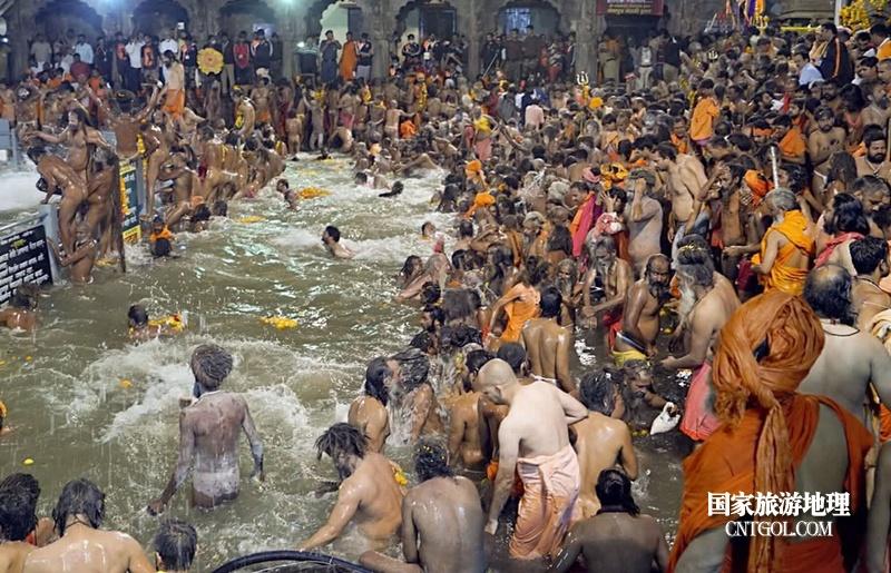 印度人救赎灵魂的大壶节/大壶节上人们在恒河中沐浴