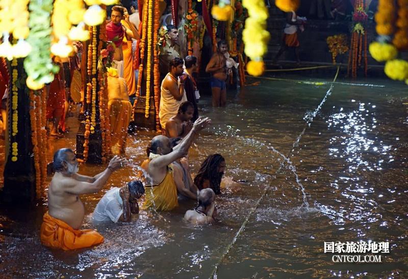 印度人救赎灵魂的大壶节/大壶节上人们在沐浴恒河圣水