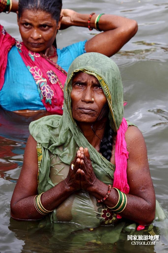 印度人救赎灵魂的大壶节/恒河水中的虔诚老妇在祈祷