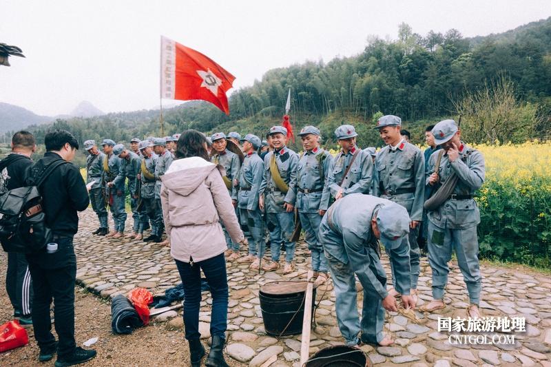 《挺进师》纪录片在温州泰顺开拍/导演跟志愿者们讲解剧情