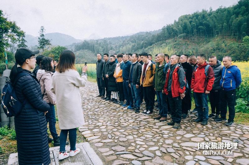 《挺进师》纪录片在温州泰顺开拍/导演正和志愿者讲解剧情