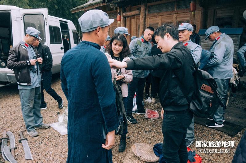 《挺进师》纪录片在温州泰顺开拍/导演给演员配服装