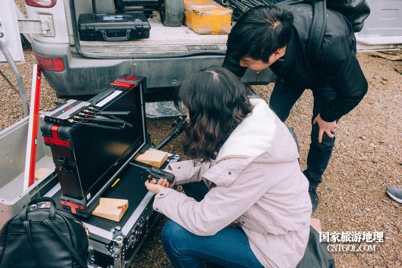 《挺进师》纪录片在温州泰顺开拍/导演观看拍摄效果中