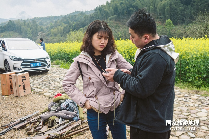 《挺进师》纪录片在温州泰顺开拍/导演和摄影师交谈中