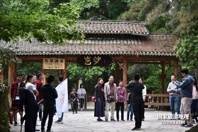 游客在贵州省黔东南苗族侗族自治州从江县岜沙原生态苗族文化旅游区留影纪念。