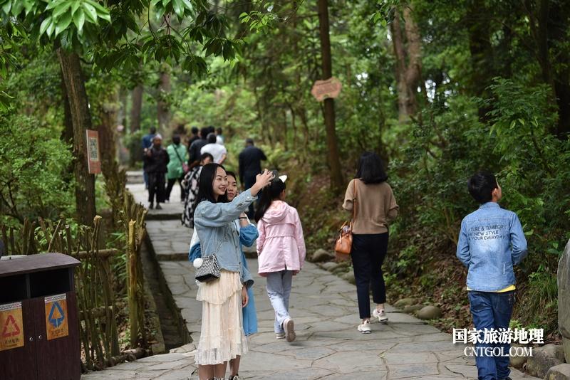 游客在贵州省黔东南苗族侗族自治州从江县岜沙原生态苗族文化旅游区游玩。