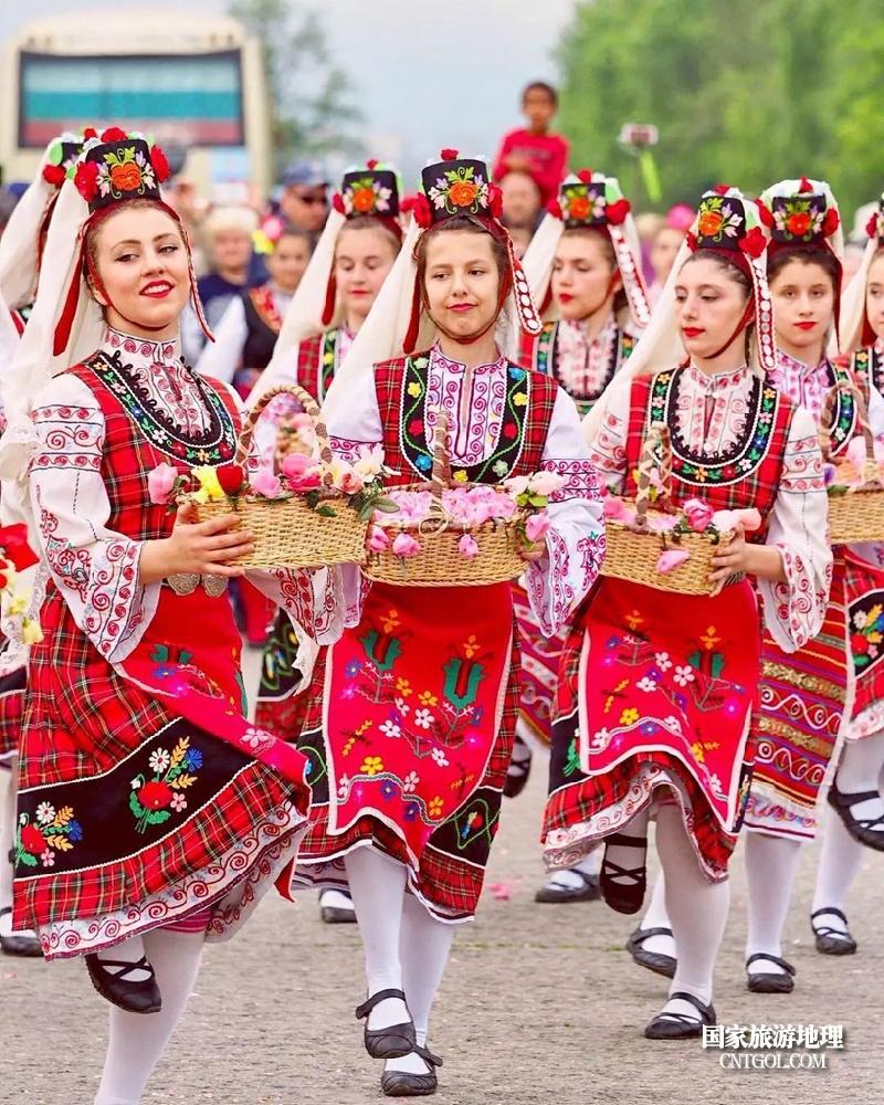 在那玫瑰花盛开地方保加利亚/保加利亚女孩们在玫瑰节上