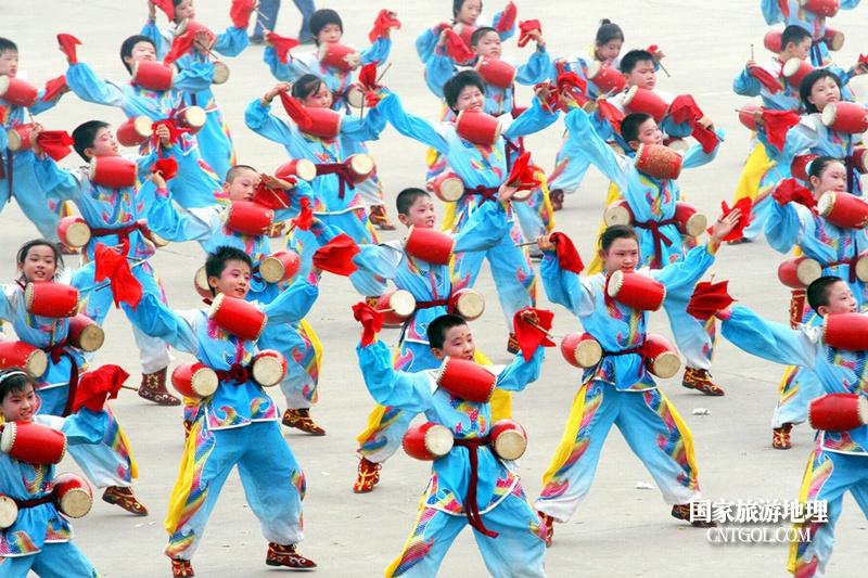 """走进""""中国花鼓之乡""""山西翼城/孩子们在表演翼南花鼓"""