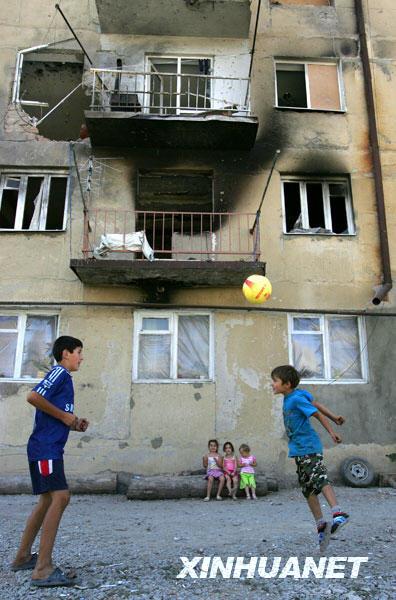 2008年8月28日,在南奥塞梯首府茨欣瓦利市,两个男孩在玩顶球游戏。