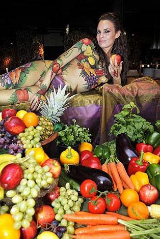 组图:女模特利用人体彩绘宣传素食主义