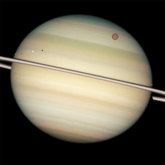 罕见四星凌土奇观:4颗土星卫星一字排开(图)